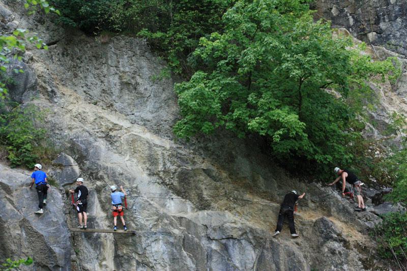Klettersteig Ardennen : Vuurwerk klettersteig en wildkamperen in de ardennen the blue bus